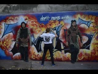 Les twins men in black, street art