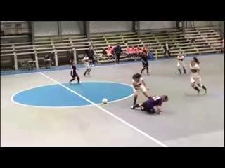Как девушки играют в футбол