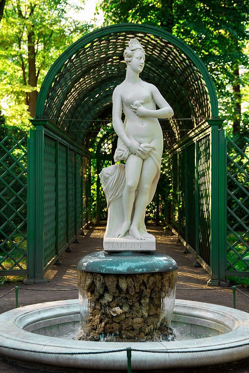 статуя нереиды в летнем саду