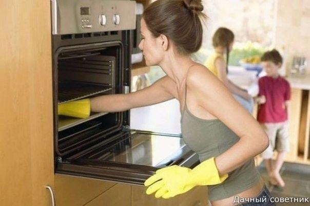 Как отмыть духовку Для очистки потребуется:- 2 емкости для духовки- вода- нашатырный спирт1. Нагрейте духовку до 65-70 градусов.2. Наполните емкость, подходящую для духовки водой и доведите до