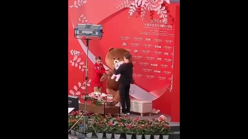 Аня Щербакова и Даниил Глейхенгауз пытаются усадить огромного медведя
