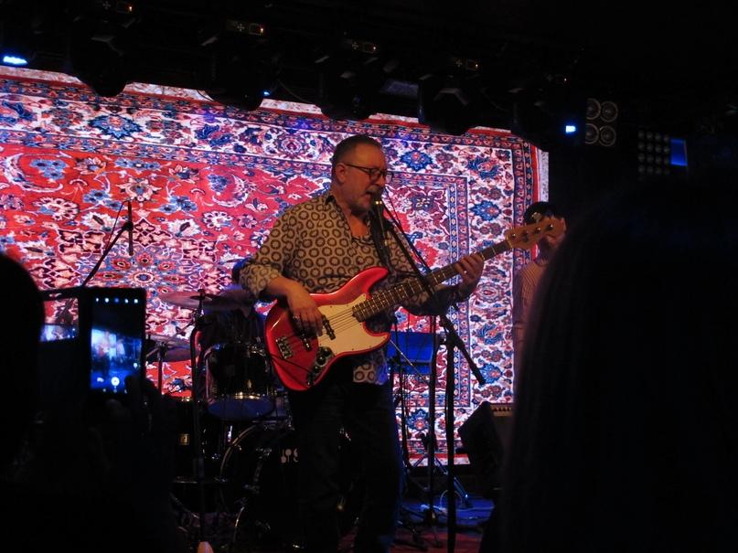 Евгений играет рок с элементами блюза
