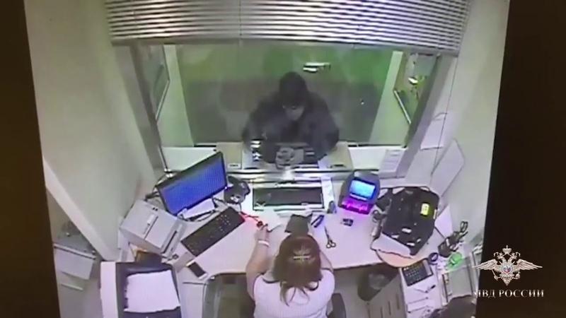 Уроженец Удмуртии при ограблении предъявил кассиру обложку от паспорта с пугающей запиской