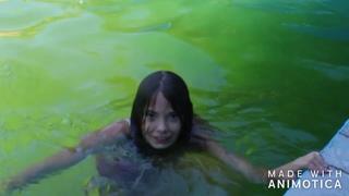 Камила и Каролина купаться  в бассейне у бабушки