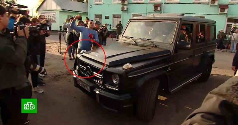 Отчим Кокорина на Gelandewagen наехал на журналиста у колонии: видео