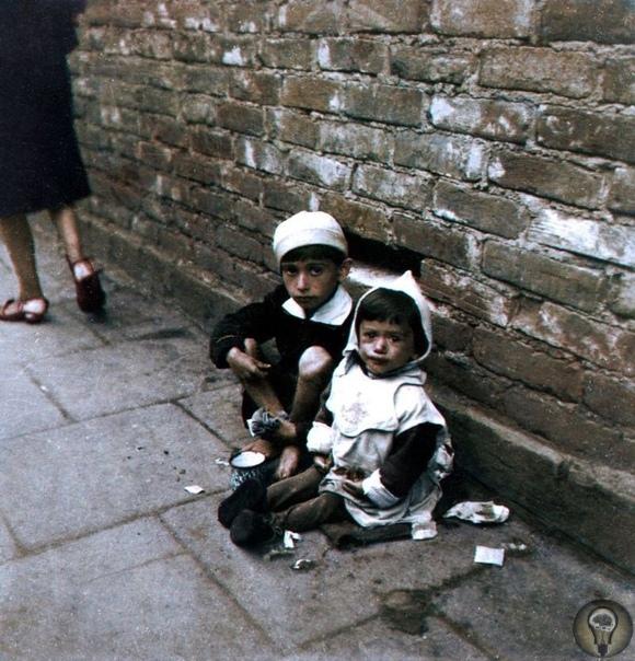 Цветные фото ужасов Холокоста Джоэль Беллвиур колоризировал оригинальные черно-белые фотографии, сделанные во время Холокоста. Живые скелеты и горы трупов в концентрационном лагере Бухенвальд,