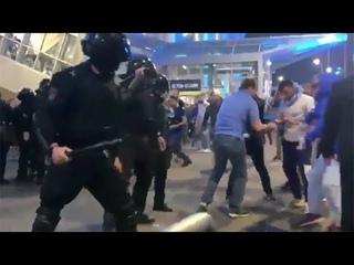 Фанаты Зенита против ОМОНа, массовая драка фанатов и полицейских на мачте Зенит - Краснодар