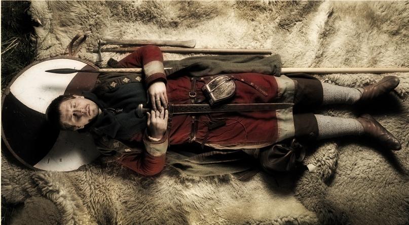 Реконструкция захоронения знатного викинга.