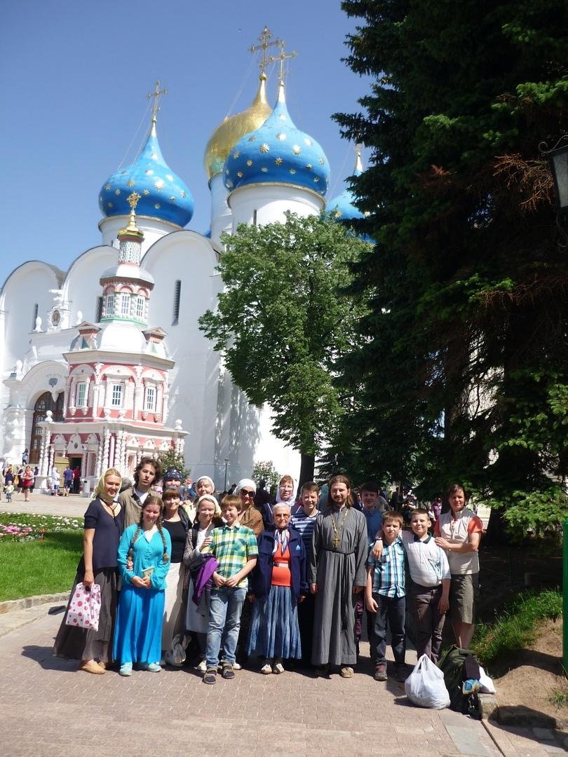 Паломники после Литургии в Троице-Сергиевой Лавре и после поклонения мощам преподобного Сергия Радонежского