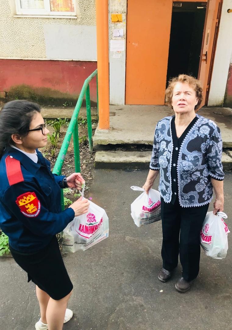 Поквартирный обход ветеранов (слева - Э.Кулиева)