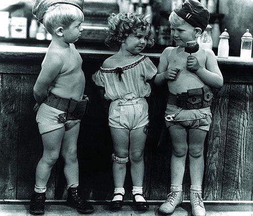 4-летняя Ширли Темпл, главная кинозвезда времен Великой депрессии, изображает проститутку в пародийном шоу The Baby Burless, 1932 год Здесь ( ) выпуск шоу целиком на восьмой минуте любовный