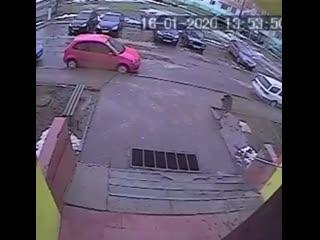Подозреваемый следит за школьницей