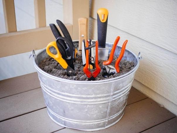 Чистка садовых инструментов. Если привести лопату, вилы, грабли в порядок еще зимой, то по весне не придется возиться с инструментами. Для этого достаточно приготовить ведро с песком и машинное