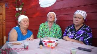 Домініка Чекун співає з сусідками-подругами у селі Старі Коні