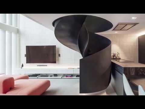 Лофт с черной винтовой лестницей