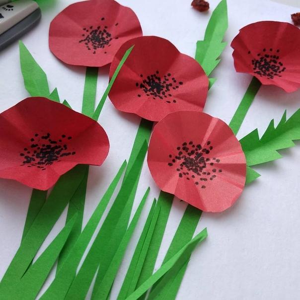 ОБЪЕМНАЯ АППЛИКАЦИЯ МАКИ В ПОДАРОК НА 8 МАРТА Чтобы изобразить форму цветка нужно сложить каждый кружок пополам несколько