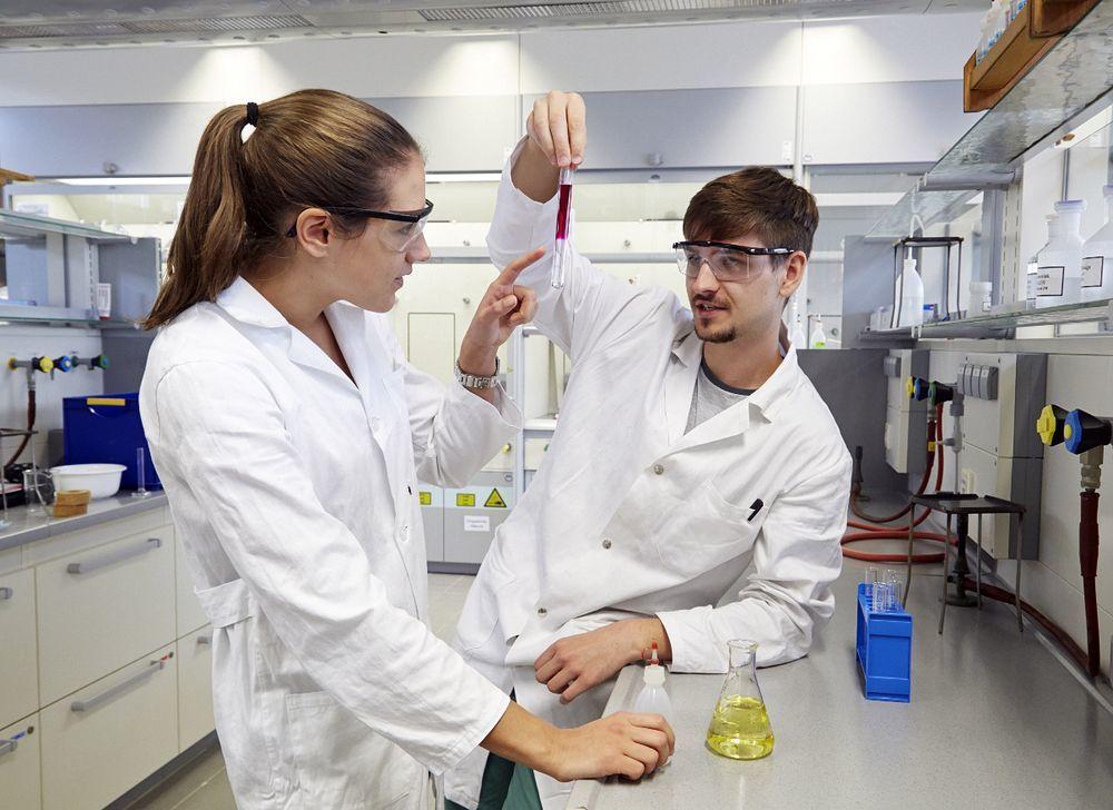 Химические аналитики исследуют структуру и состав вещества.