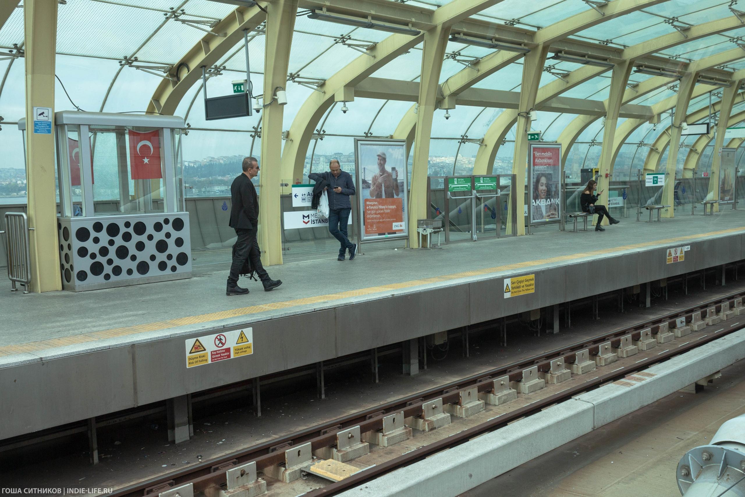 Открытая станция метро в Стамбуле
