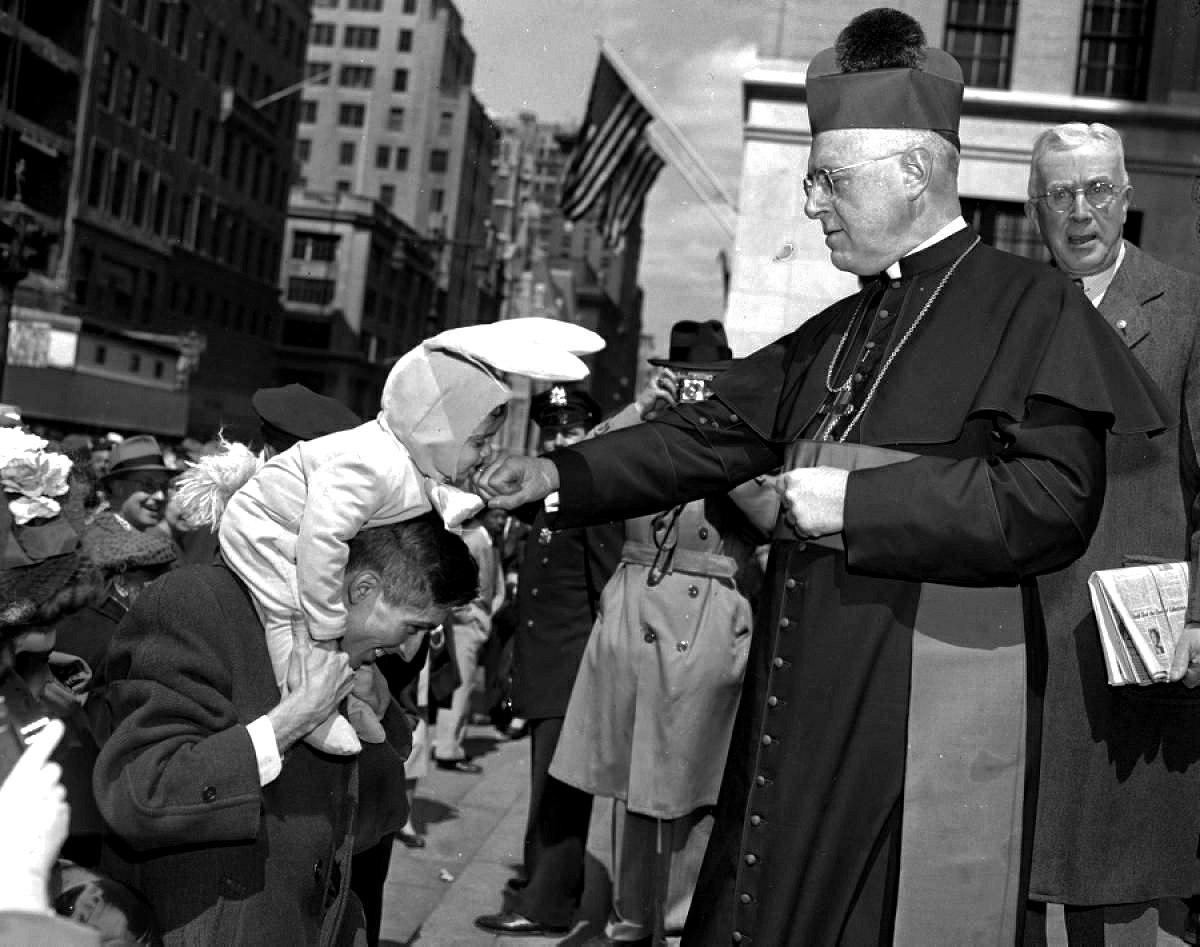 Ребёнок целует кольцо епископа Джозефа Фланели на День Святого Патрика, Нью-Йорк, 1949 год.