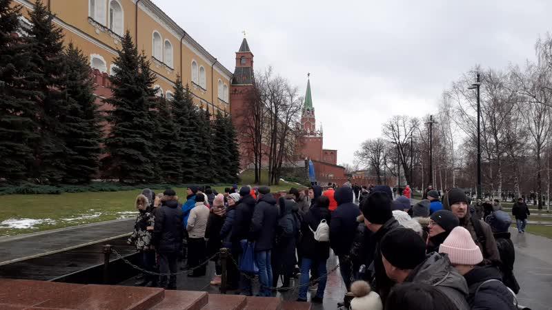 Смена караула у могилы незвестного солдата в Александровском саду