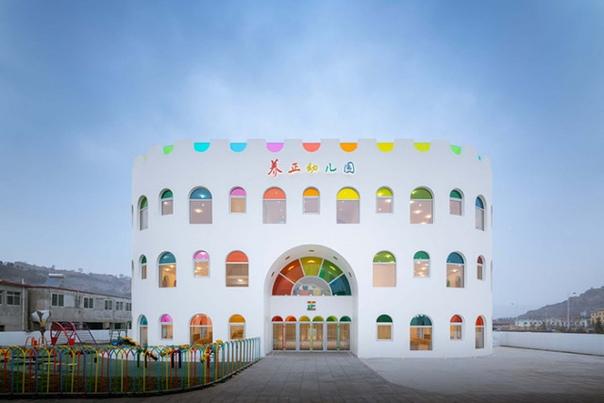 Калейдоскоп цветов в детском саду, построенном в Китае В Китае, в городе Тяньшуй, построили современный детский сад Tianshui aleidoscope, украшенный 483 элементами стекла самых разных цветов,