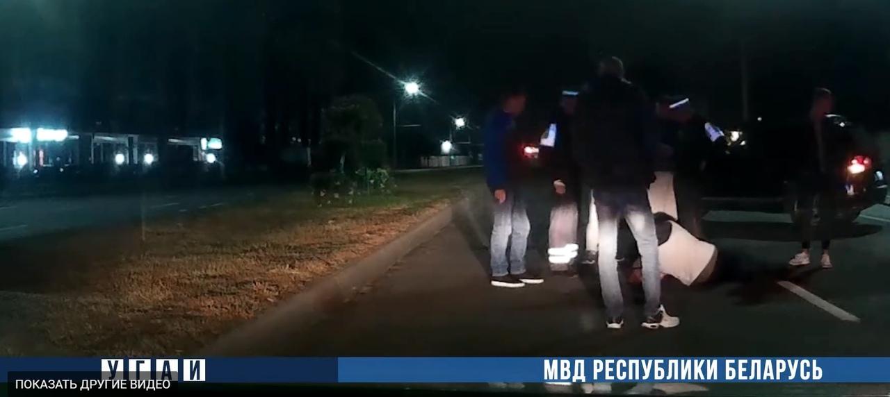 В Бресте таксисты и сотрудники ГАИ спасали пешехода, который переползал ул. Московскую