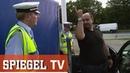 Schuldeneintreiber treffen Fahrrad Cop Die Verkehrskontrolle