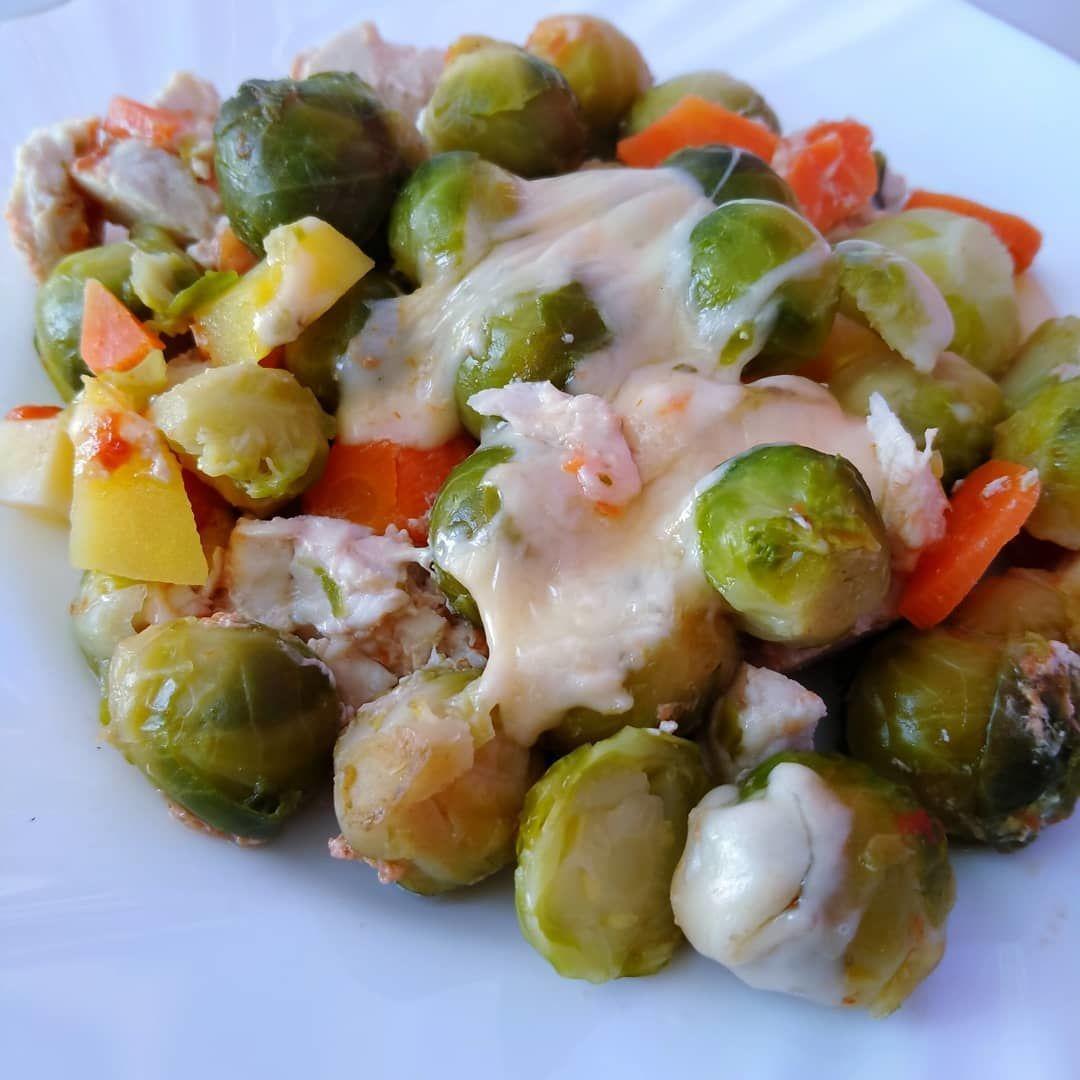 Брюссельская капуста в духовке с индейкой и овощами