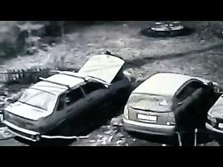 Видео: в Самаре на Безымянке вор «урвал» аккумулятор, вскрыв авто