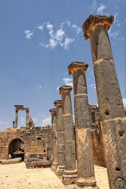 БОСРА - ГОРОД ИЗ ЧЕРНОГО КАМНЯ Босра - небольшой город Сирии, который примечателен своей древней историей и сохранившимися здесь памятниками старины. Находится он в южной части страны, на