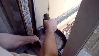 Метод очистки сковородок с помощью дрели и строительной щетки - наконечника