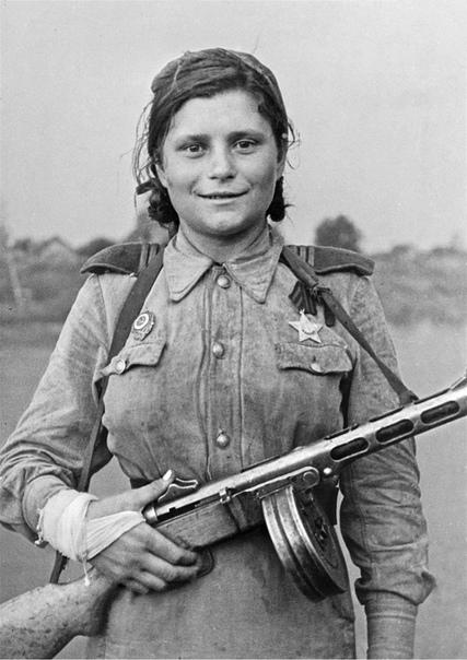Санинструктор 419-й отдельной разведроты 1-го Прибалтийского фронта Лидия Мякишева. Лидия Мякишева ушла добровольцем на фронт в 16 лет, приписав себе лишний год, в октябре 1942 года. Воевала в