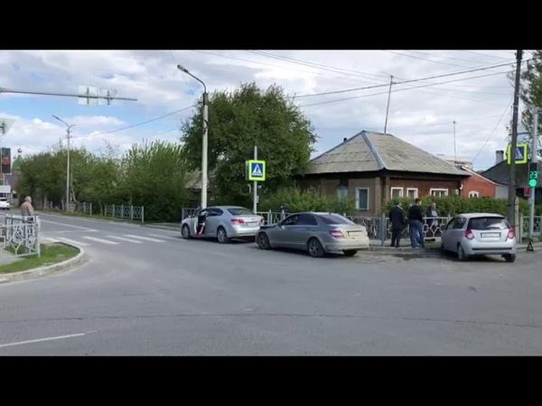 Из за некорректно работающего светофора в Бердске столкнулись Мерседес и ДЭУ