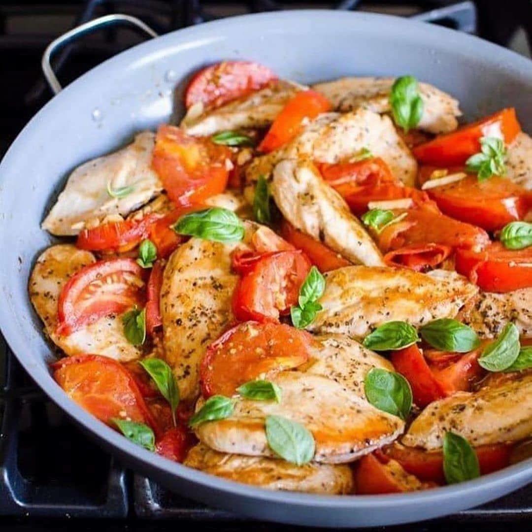 Кyриная грудка с томатами и чесноком