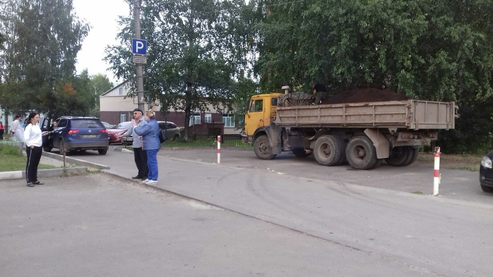 Ул. Московская, 165. Завоз торфа.