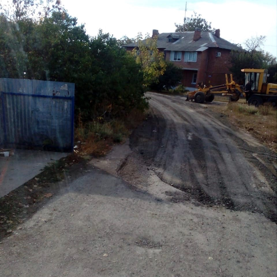 В Таганроге сотрудники МКУ «Благоустройство» путем грейдирования и подсыпки шлака восстановили Калужский проезд