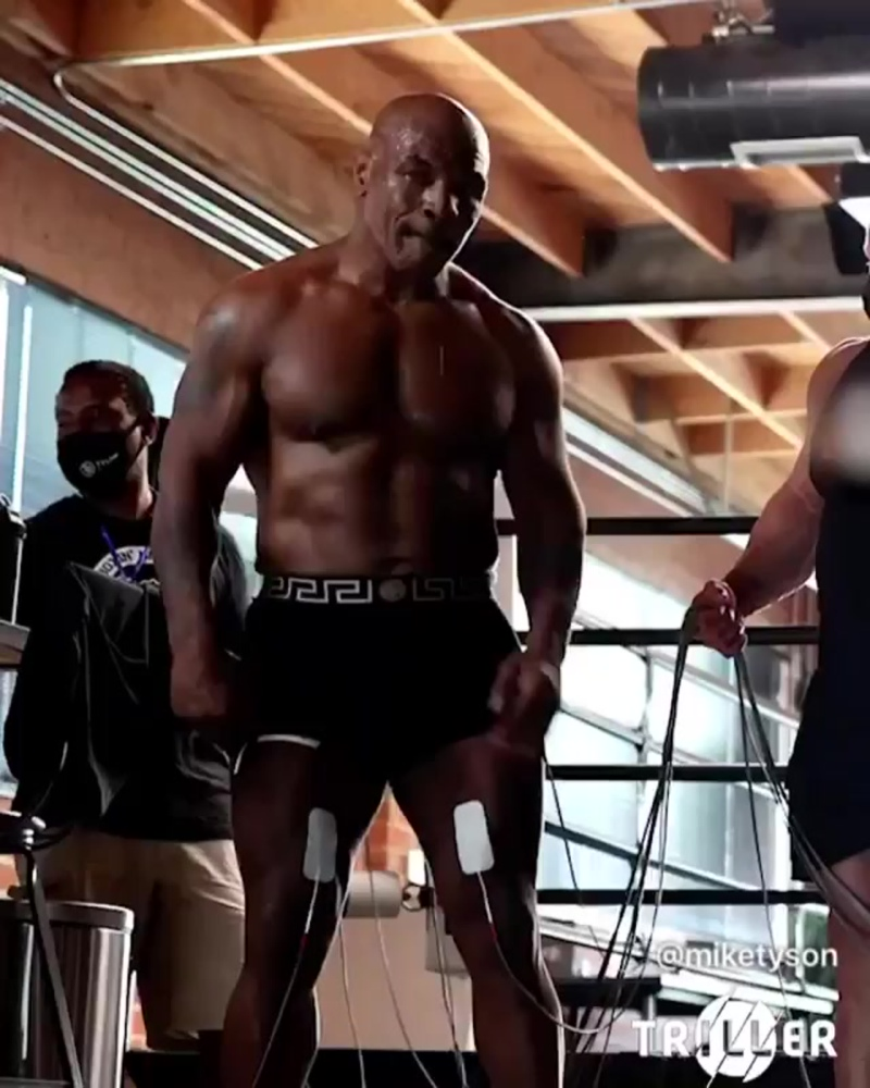 Невероятная мощь. 54-летний Майк Тайсон показал свои тяжелые тренировки. Легенда не перестаёт удивлять!