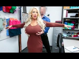 Блондинка с большими дойками прямо в офисе дает охраннику себя облапать...