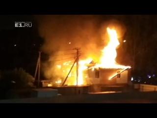 Друзья выбежали полуголые, одного спасти не удалось: в коттедже на Юго-Западе сгорел молодой парень