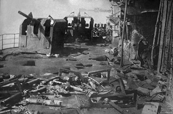 Май 1945 года. Германия. Разгром на палубе немецкого броненосца «Шлезиен» после потопления на рейде в Свинемюнде