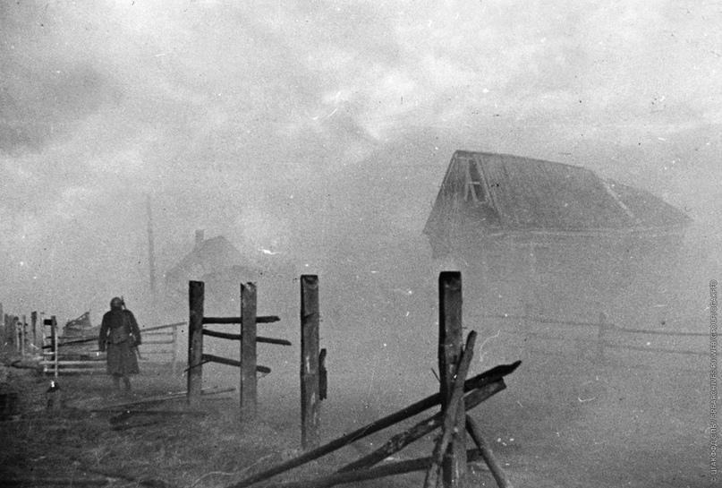 На переправе через Неву в районе Выборгской Дубровки. Октябрь 1941 http://памяти-сожженных-деревень-ленинградской-области.рф/villages/19