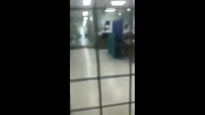 Une femme arrête au RU pour avoir pris cette vidéo