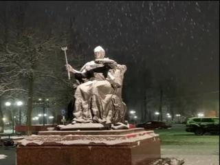 Город засыпает  в вальсе снежных хлопьев