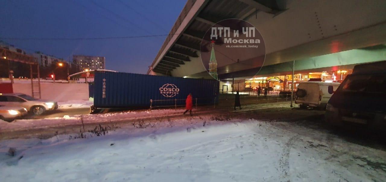 Люберцы Комсомольский проспект возле ТЦ «Люберецкие торговые ряды» Под мост влетела фура, не рассчит...
