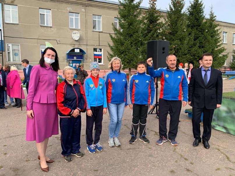 Оксана Фадина и Степан Бонковский передали спортивной школе «Крутая горка» новый автобус