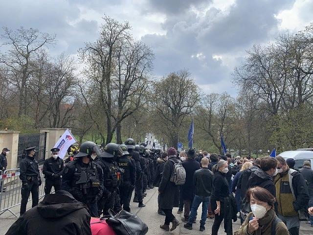 У российского посольства в Праге протестующие устроили драку