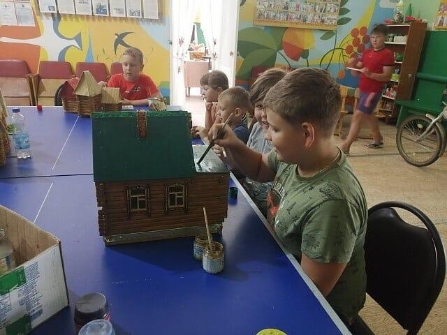 Работники Сосновоборского дома культуры и ребята, которые занимаются в кружках сельского клуба, отреставрировали макеты деревянных домиков — их передали в дар местному краеведческому музею