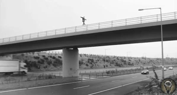 Пытаясь сократить огромное количество самоубийств на мосту Мапо в Южной Корее, он был неофициально переименован в Мост Жизни, а также украшен различными жизнерадостными лозунгами и красивыми