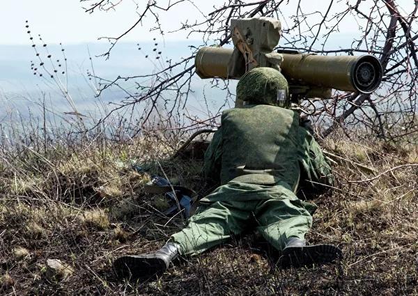 Боец стреляет из переносного противотанкового ракетного комплекса «Фагот» во время тактических учений