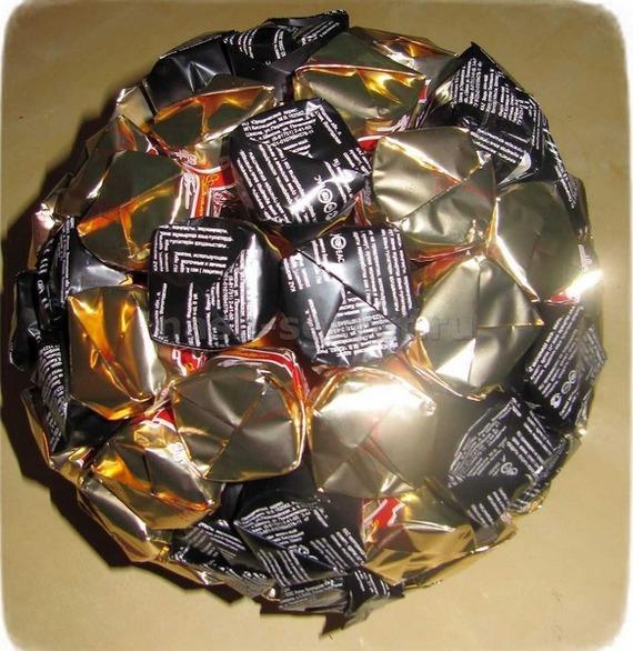 как сделать мяч из конфет своими руками пошагово